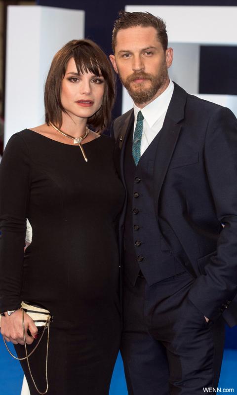 プレミア会場に登場したトム・ハーディ(左)と妊娠中のシャーロット・ライリー