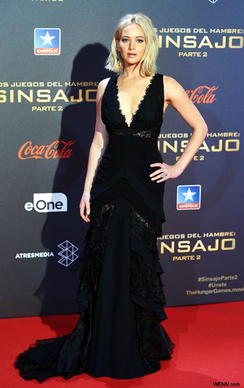 転倒の原因となる黒のドレスで登場した ジェニファー・ローレンス