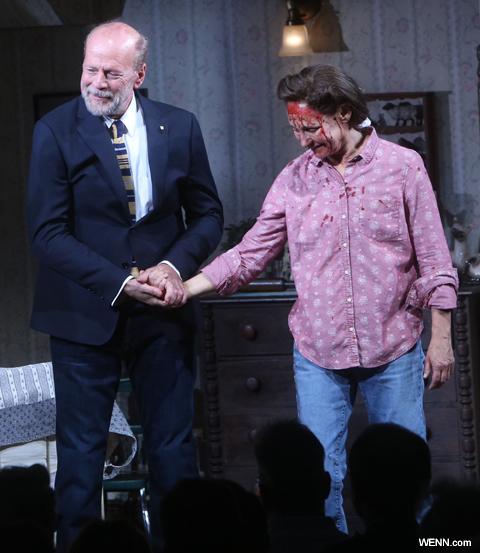 ブロードウェイ舞台「ミザリー」出演中の ブルース・ウィリス(左)とローリー・メトカーフ(右)