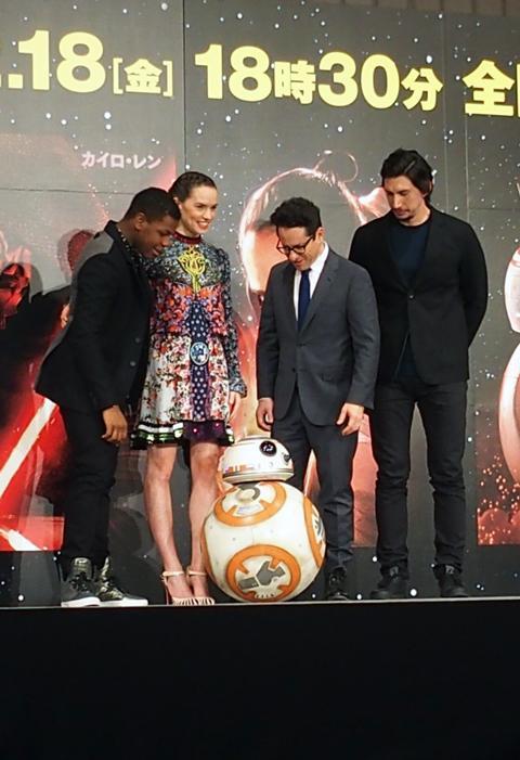 BB-8と出迎える4名 (C)TVGroove.com