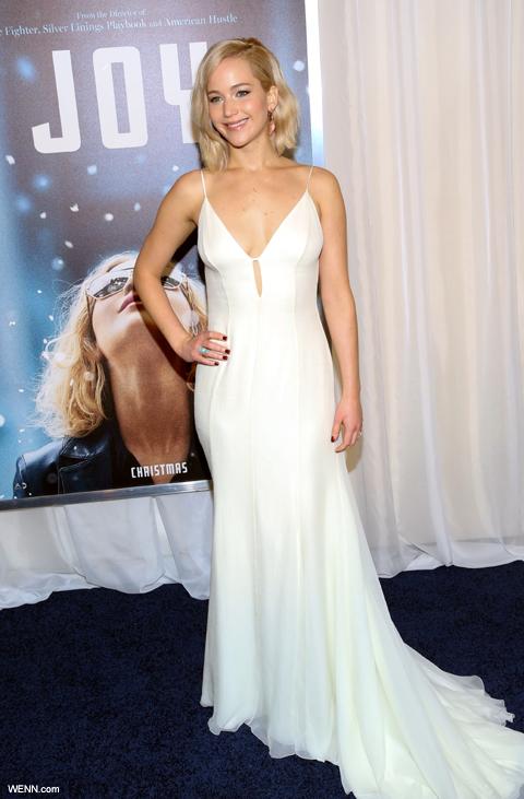 白のドレスで登場した ジェニファー・ローレンス