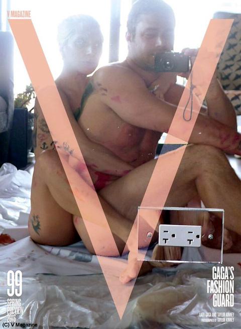 雑誌「V」の表紙を飾った全裸のガガとテイラー