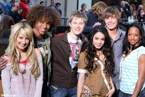2006年、「HSM」が初放送されたころのキャストたち (右からふたり目が、今回不在のザック・エフロン)