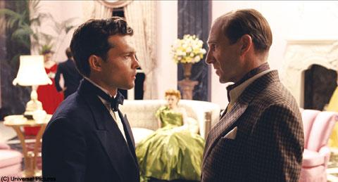 アルデン・エーレンライク(左)、レイフ・ファインズ