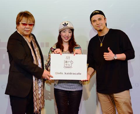 海ドラカフェにサプライズ登場した声優の楠大典さん(左)、木村昴さん(右)。中央はMCの池辺愛さん