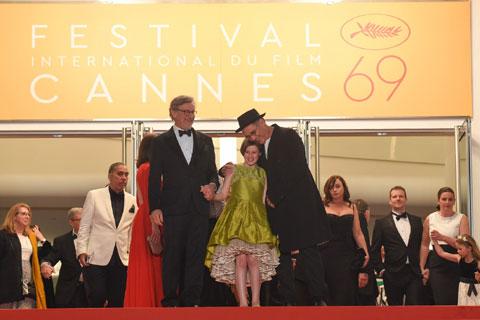 (左から)スティーブン・スピルバーグ、ルビー・バーンヒル、マーク・ライランス