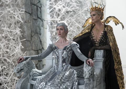"""(左)エミリー・ブラント演じる""""氷の女王""""フレイヤ"""