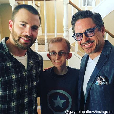 """""""マーベル・ヒーロー""""ロバート・ダウニー・Jr&クリス・エヴァンス、グウィネス・パルトローと共に「アベンジャーズ」ファンの青年を訪問"""