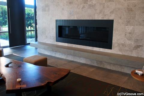 ハイテク暖炉 本物の火が灯り、リモコンで操作できる優れもの (c)TVGroove.com