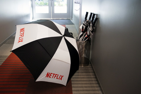 各棟を移動するために使う傘にもロゴ