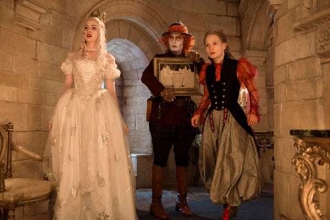 (左)「白の女王」演じるアン・ハサウェイ
