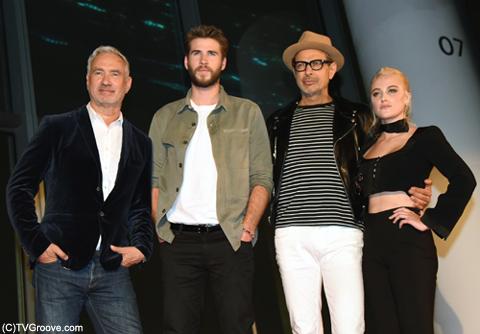 (左から)ローランド・エメリッヒ監督、ジェフ・ゴールドブラム、リアム・ヘムズワース、マイカ・モンロー (C)TVGroove.com