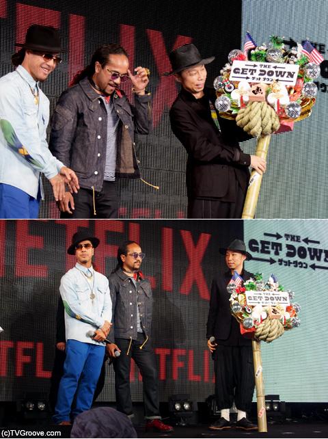 日本でのヒットを祈願し、リッチとトーンからÜSAへ熊手が贈られた (c)TVGroove.com
