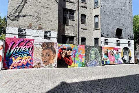 ニューヨーク・イーストビレッジのファースト・ストリート・グリーン・アート・パークでは、 最優秀ビデオ賞のノミネートアーティストたちが壁画に描かれている