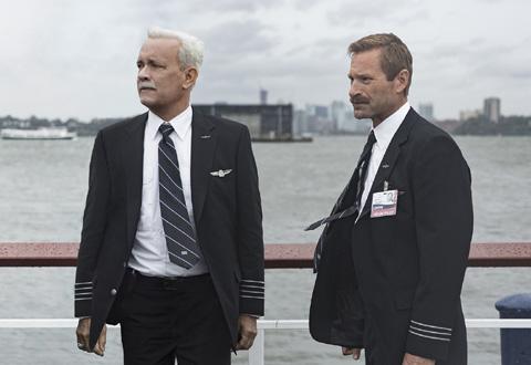 トム・ハンクス(左)、アーロン・エッカート(右)