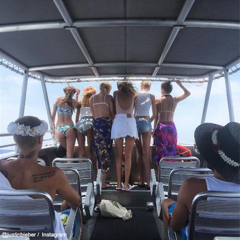 こちらの写真では、美女6人と一緒のジャスティン