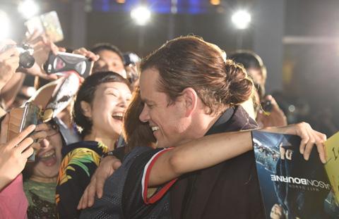 ファンと抱き合うマット・デイモン / (c)TVGroove.com