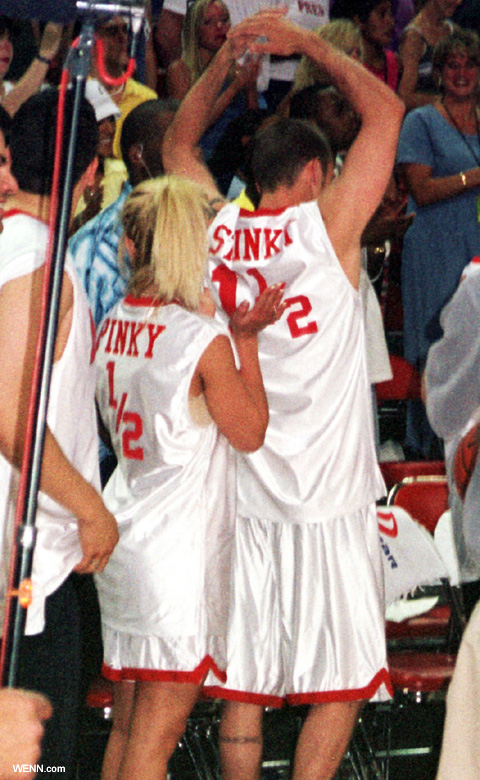 Pinkyと書かれたユニフォームを着るブリトニー・スピアーズとジャスティン・ティンバーレイク 2001年当時