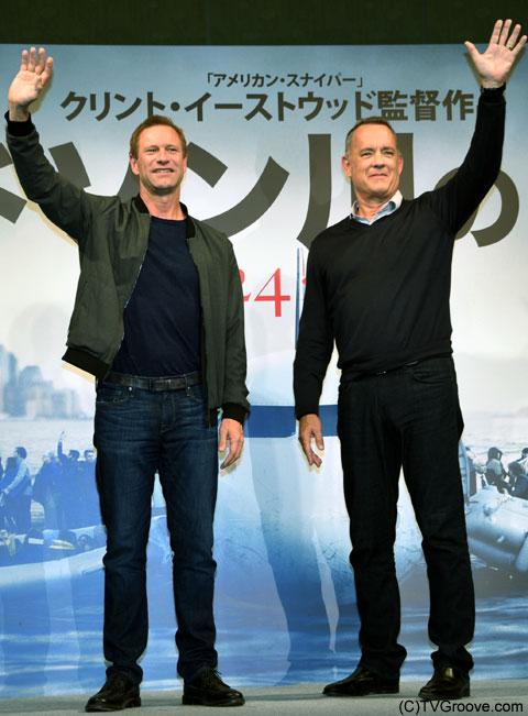 アーロン・エッカート(左)、トム・ハンクス