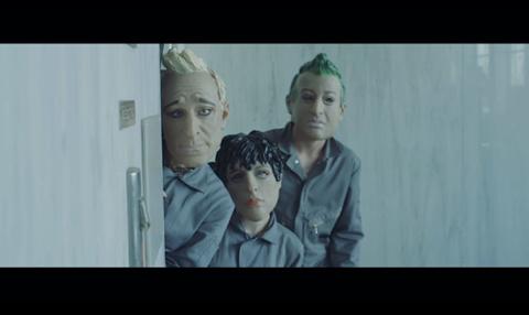 グリーン・デイが銀行強盗!? 最新曲「バン・バン」のミュージック・ビデオ公開