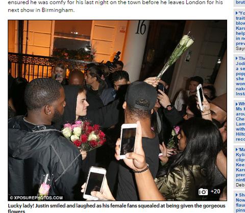 ファンにバラを手渡すジャスティン