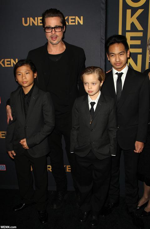 ブラッド・ピットと子どもたち 前列右がマドックス 2014年12月撮影