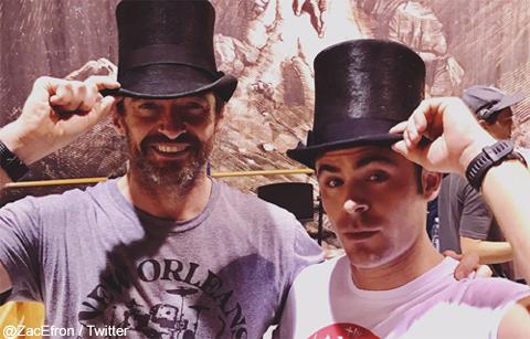 ヒュー・ジャックマン、ザック・エフロンの誕生日をお祝い&熱唱! セルフィー動画がカワイイと話題に[動画あり]