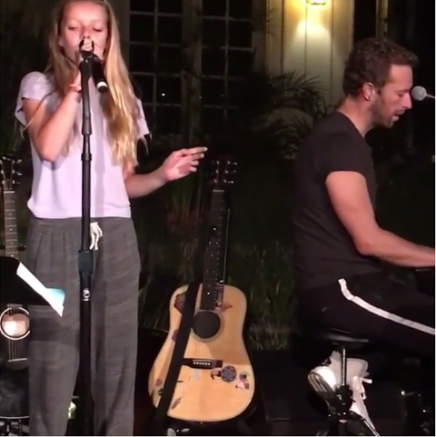 「コールドプレイ」クリス・マーティン&グウィネス・パルトローの愛娘が、アリアナを熱唱! はたして実力のほどは・・?[動画]
