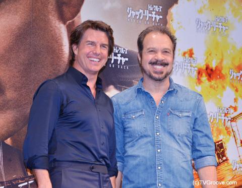 記者会見に登場したトム・クルーズ(左)、エドワード・ズウィック監督
