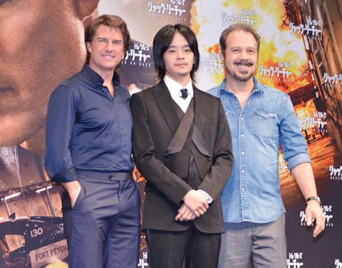 左からトム・クルーズ、池松壮亮、エドワード・ズウィック監督