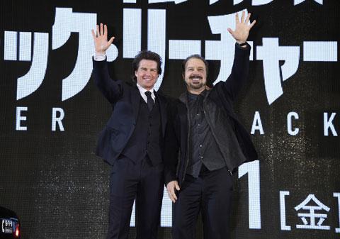 笑顔で手を振るトムとエドワード監督