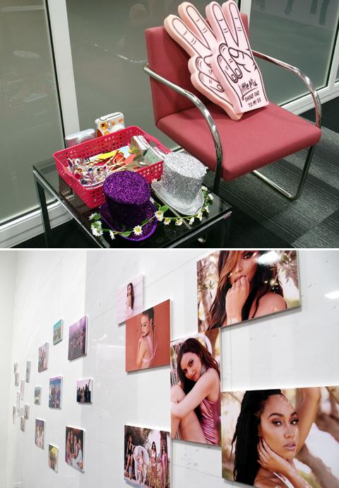 入り口付近には撮影小物(上)のほか、ガールズの写真の展示も