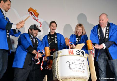 日本の伝統行事「鏡開き」を体験した登壇者たち