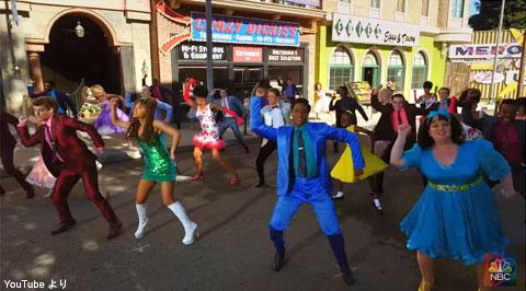 テレビ版「ヘアスプレー」のキャストが、感謝祭パレードに登場! アリアナ・グランデ、ダヴ・キャメロンらがパフォーマンス[動画]