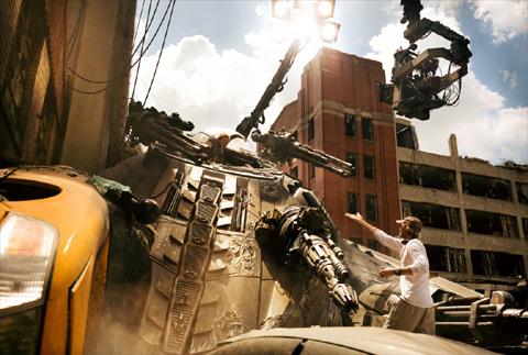 映画「トランスフォーマー/最後の騎士王」撮影中のマイケル・ベイ