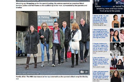 ソフィーの家族と歩くジョー・ジョナス