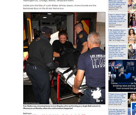 救急車で搬送されるファン