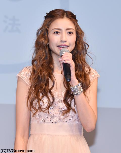 プリンセスをイメージしたドレスで登場した片瀬那奈