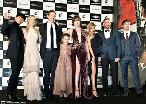(左から)イ・ジュンギ、アリ・ラーター、ポール・W・S・アンダーソン、エバー・アンダーソン、ミラ・ジョヴォヴィッチ、ローラ、ウィリアム・レヴィ、オーエン・マッケン