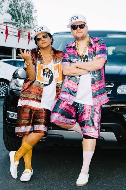 ブルーノ・マーズ(左)、ジェームズ・コーデン