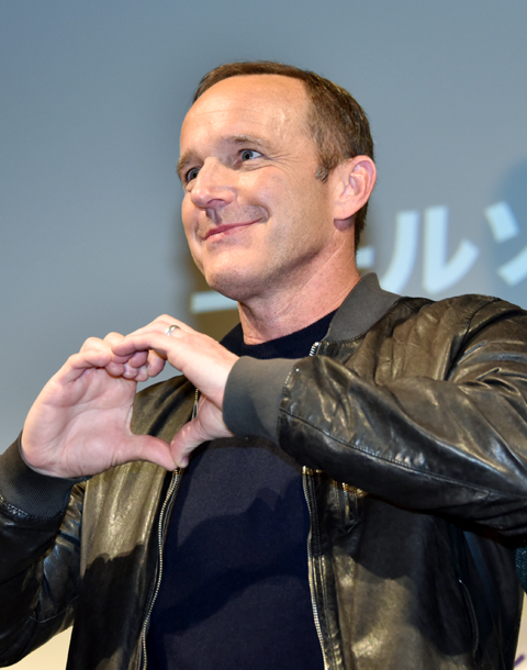 ファン向けのフォトコールでは、ハートマークを作ってファンへの愛をアピール
