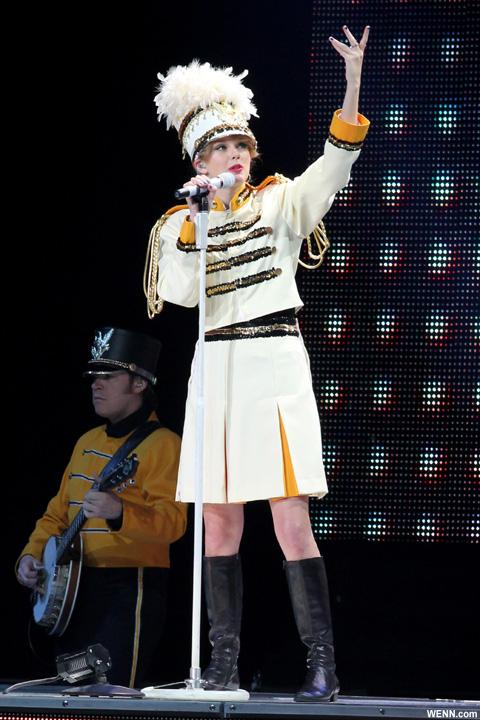 本家テイラー・スウィフトは、「フィアレス」ツアーでこの衣装を着用