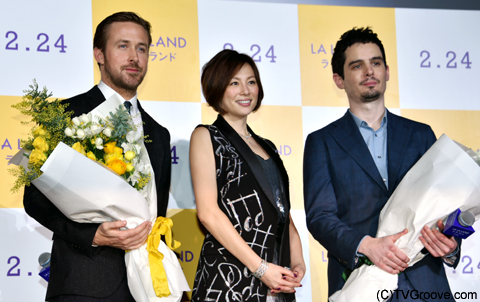 米倉涼子さんから二人へ花束を贈呈