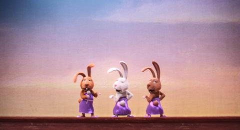 重本ことり、佐倉綾音、辻美優が担当するウサギ