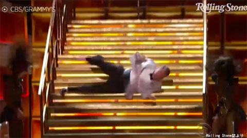 転びながら登場したジェームズ・コーデン