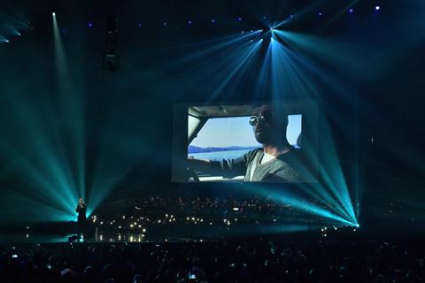 ブリット・アワード2017でジョージ・マイケルへのトリビュートを行うクリス・マーティン