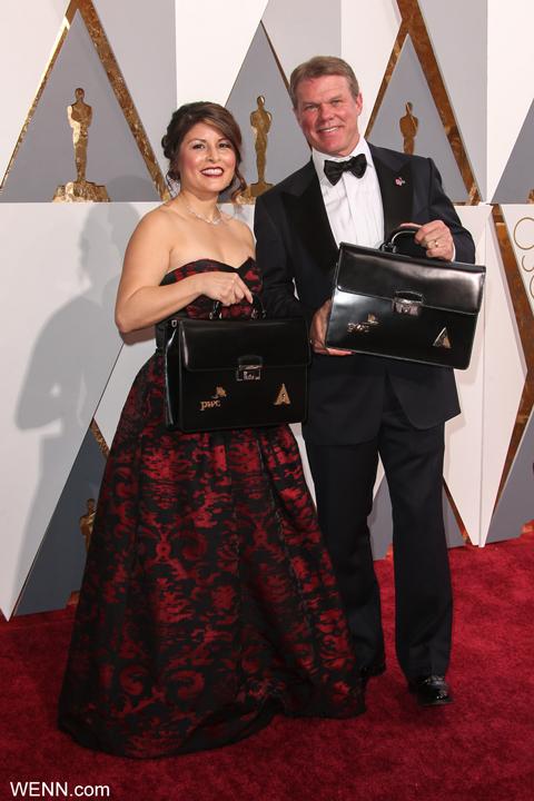 授賞式当日に封筒の管理をしていたブライアン・カリナン(右)とマーサ・クルス
