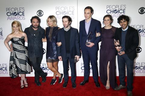 (左から)メリッサ・ライシュ、ジョニー・ガレッキ、ケイリー・クオコ、サイモン・ヘルバーグ、ジム・パーソンズ、メイム・ビアリク、クナル・ネイヤー