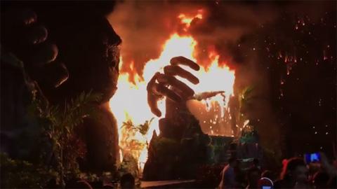 炎上するキングコング