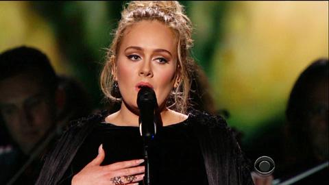 アデル、コンサート中に緊急搬送されたファンのために曲を捧げる[動画あり]